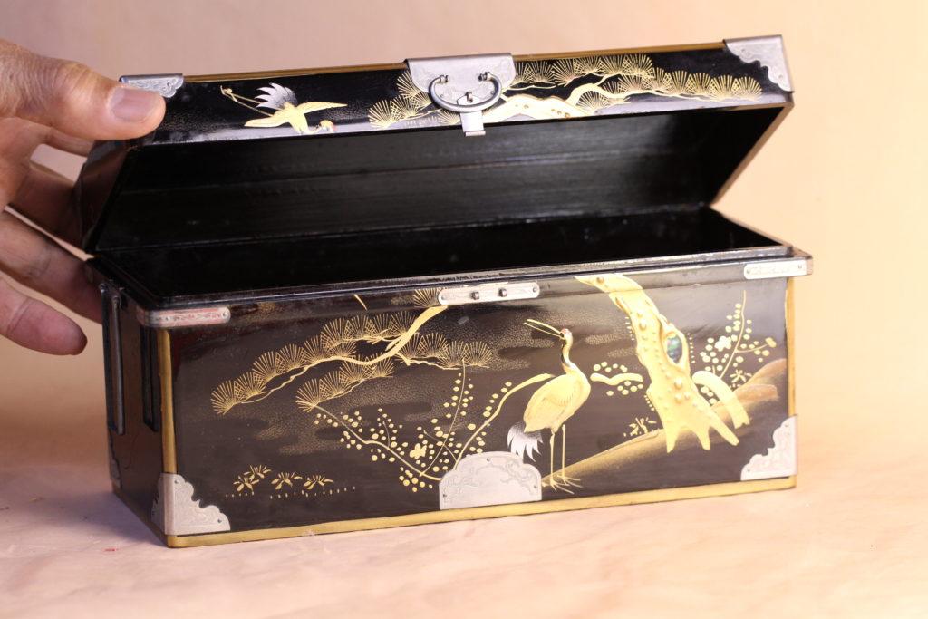 大正時代の雛道具で、松竹梅に鶴が描かれています。