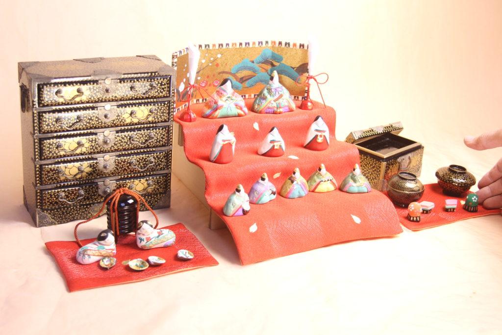 明治の箪笥と丹後ちりめんを組み合わせたマンションサイズの雛人形セットです。