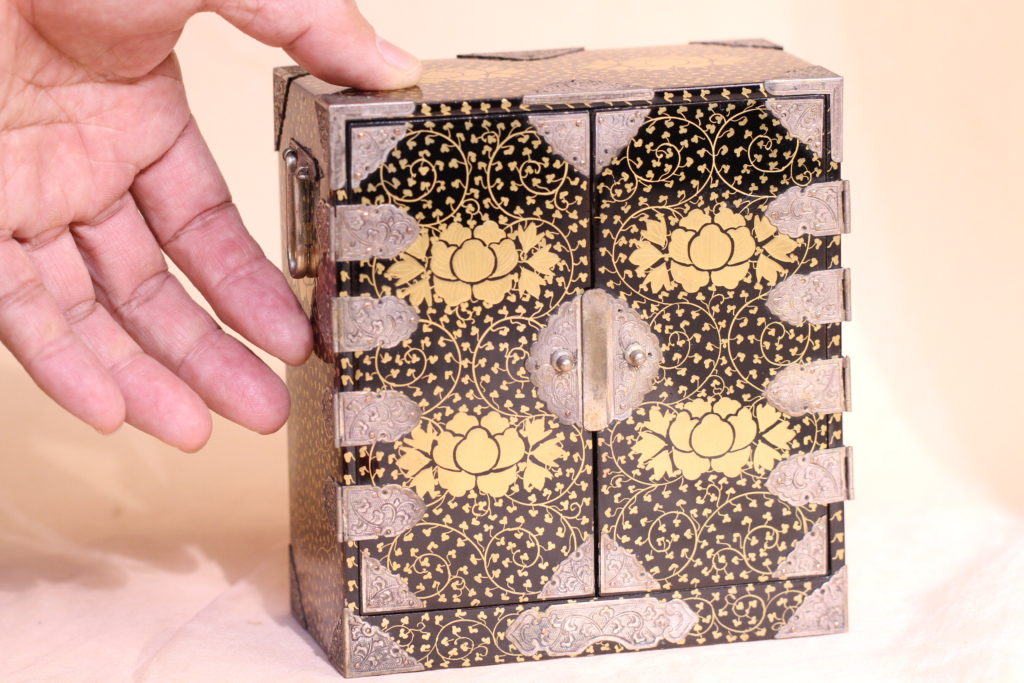 江戸時代の美しい蒔絵箪笥です。