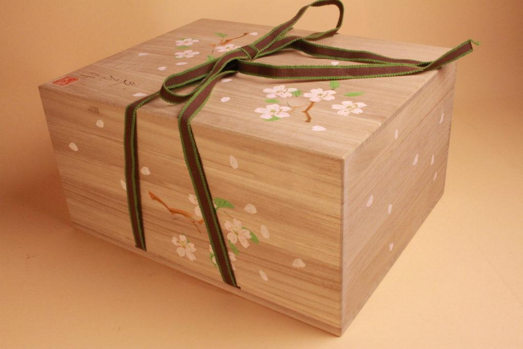 このような雛道具はすべてこの桐箱に納めて送ります。