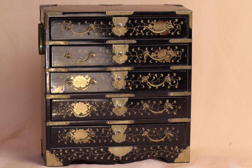 素晴らしい状態の蒔絵箪笥で、江戸末期から明治にかけて作られた物です