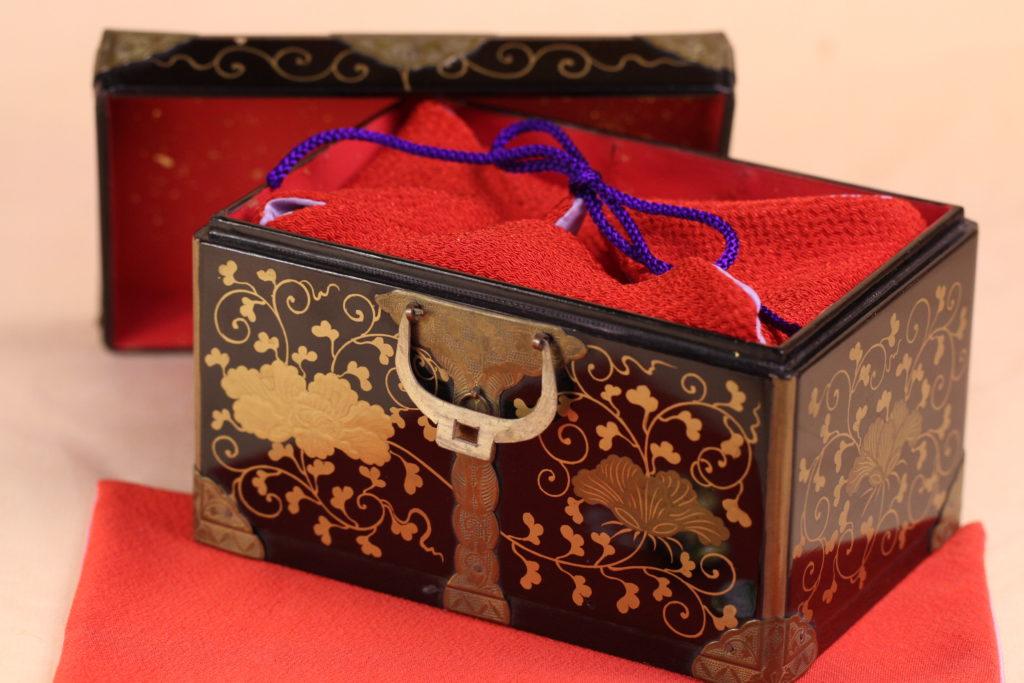小箱の内側に雛人形が痛まない様に布の袋を付けています。