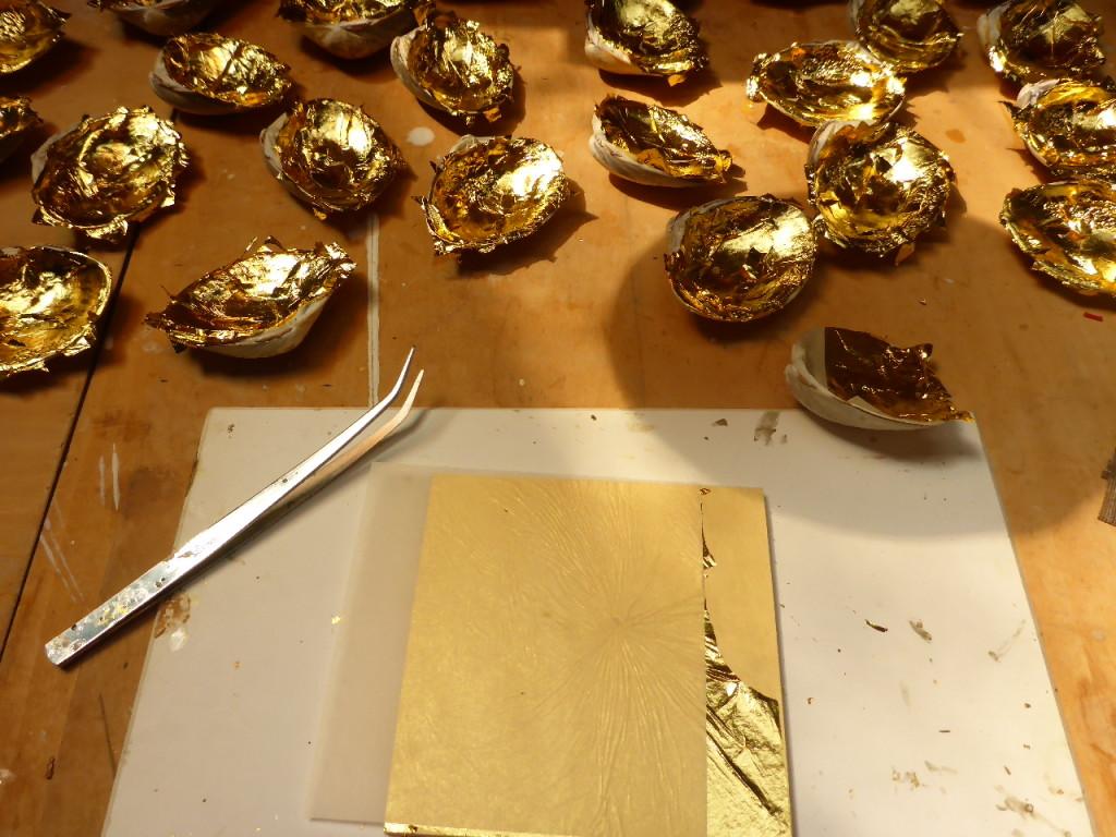 ハマグリに金箔仕上げをしているところです。