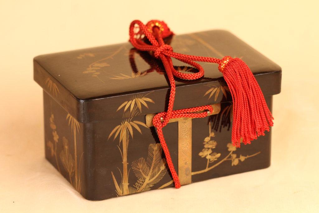 江戸小箱に貝合わせを入れてみようと思います。大きさは10cm15cm×8cmです