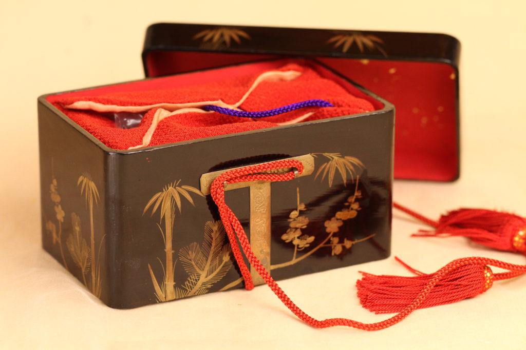 小箱の内側に貝合わせを入れるための縮緬の袋までは出来上がりました。