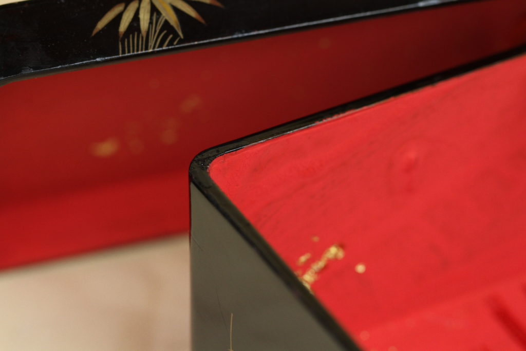 小箱の内側に柔らかいカーブがつけられています。